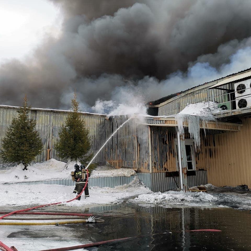 В Новотроицке пожарные тушат мясокомбинат.