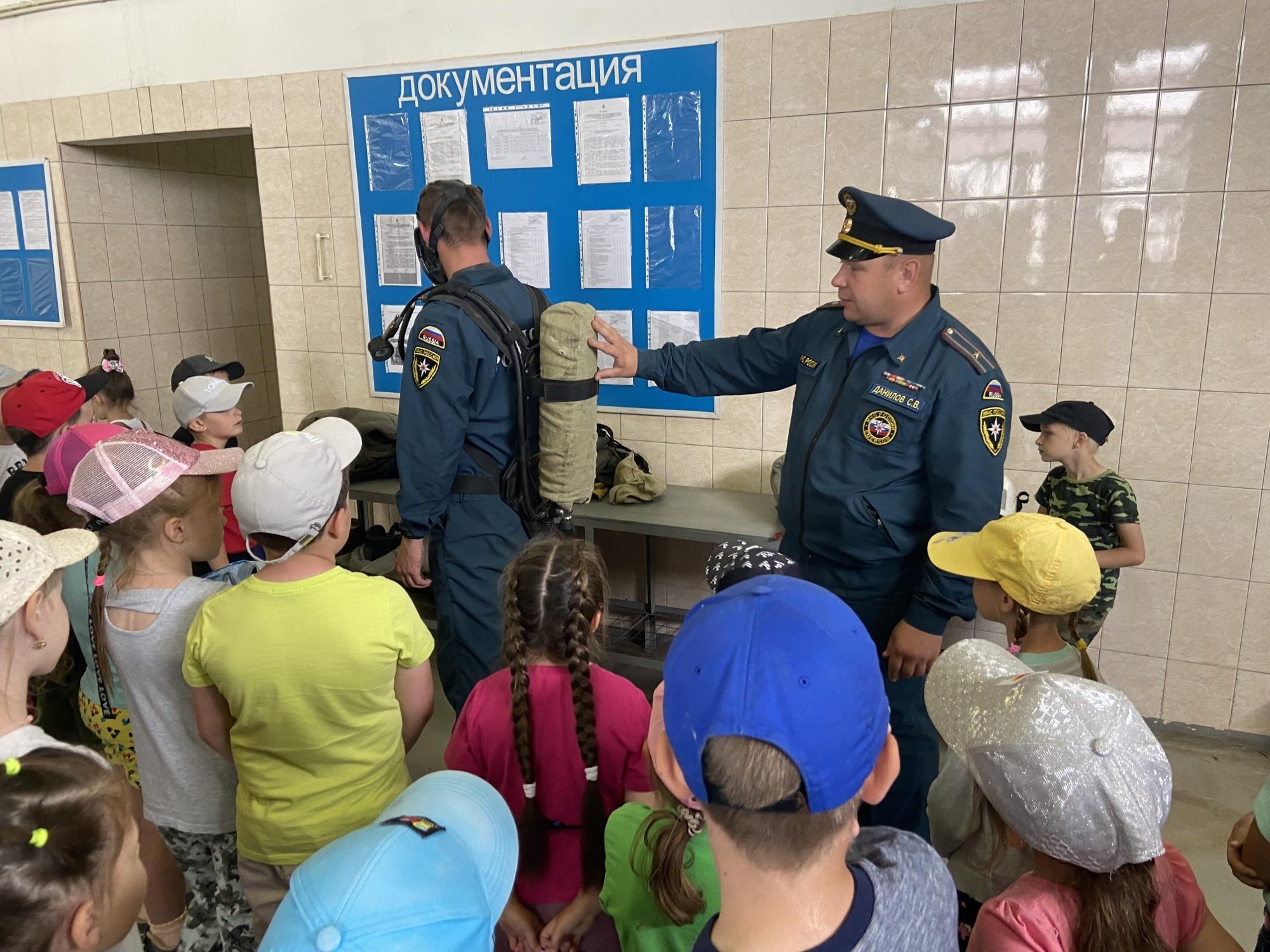 Детям рассказали о деятельности МЧС в рамках экскурсии по пожарно-спасательной части